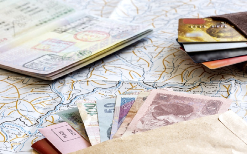 travel generic map money moneycard - Сколько денег брать с собой в путешествие ?