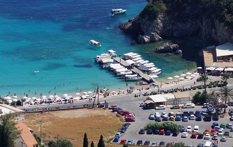 Paleokastrytsa vyd na plyazh y prychal 2 - 9 причин поїхати на острів Корфу