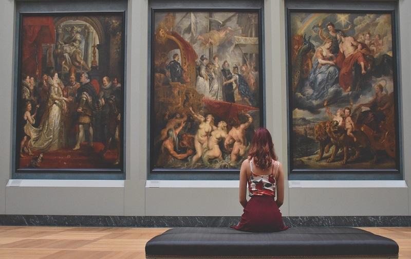 devushka v muzee 1 - Лайфхаки по музеях Європи